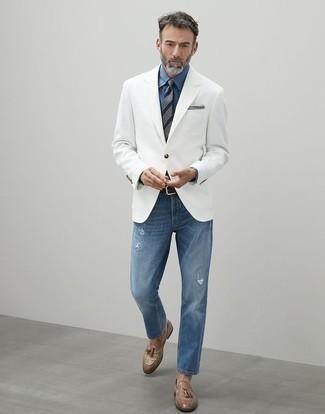 Come indossare e abbinare un fazzoletto da taschino grigio: Opta per il comfort in un blazer bianco e un fazzoletto da taschino grigio. Scegli uno stile classico per le calzature e opta per un paio di mocassini con nappine in pelle marrone chiaro.
