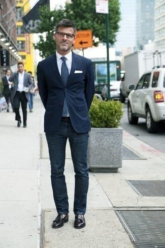 Come indossare e abbinare mocassini con nappine in pelle neri: Una combinazione smart casual di un blazer blu scuro e jeans blu scuro si rivela adatta in molte occasioni diverse. Sfodera il gusto per le calzature di lusso e prova con un paio di mocassini con nappine in pelle neri.