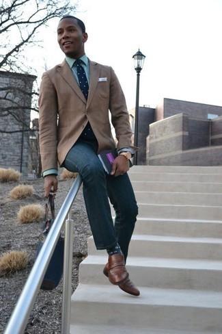 Come indossare e abbinare un fazzoletto da taschino bianco: Scegli un outfit composto da un blazer marrone chiaro e un fazzoletto da taschino bianco per un look perfetto per il weekend. Scegli uno stile classico per le calzature e prova con un paio di mocassini eleganti in pelle marroni.