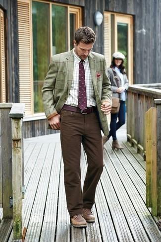 Come indossare e abbinare una cravatta stampata melanzana scuro: Scegli un blazer a quadri verde oliva e una cravatta stampata melanzana scuro per un look elegante e di classe. Mettiti un paio di stivali casual in pelle marroni per avere un aspetto più rilassato.