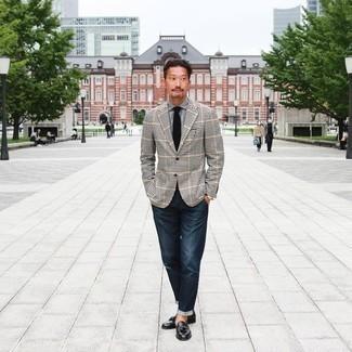 Come indossare e abbinare jeans blu scuro: Potresti abbinare un blazer a quadretti nero e bianco con jeans blu scuro per un look spensierato e alla moda. Sfodera il gusto per le calzature di lusso e prova con un paio di mocassini con nappine in pelle neri.