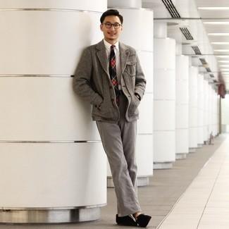 Trend da uomo 2020: Combina un blazer di lana a spina di pesce grigio con chino grigi, perfetto per il lavoro. Chukka in pelle scamosciata nere sono una interessante scelta per completare il look.
