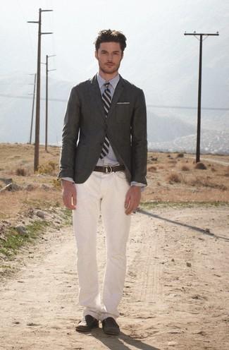 Trend da uomo 2020: Potresti indossare un blazer verde scuro e jeans bianchi, perfetto per il lavoro. Sfodera il gusto per le calzature di lusso e scegli un paio di mocassini eleganti in pelle marrone scuro come calzature.