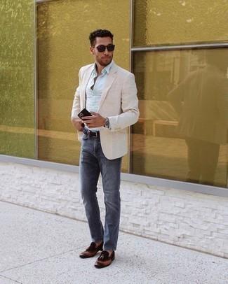 Come indossare e abbinare jeans blu scuro: Opta per un blazer beige e jeans blu scuro per essere elegante ma non troppo formale. Abbellisci questo completo con un paio di mocassini con nappine in pelle marrone scuro.