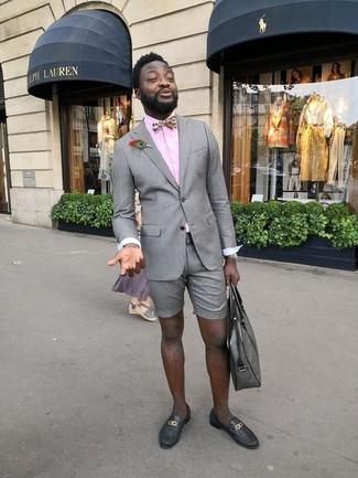 Come indossare e abbinare: blazer grigio, camicia elegante rosa, pantaloncini grigi, mocassini eleganti in pelle neri