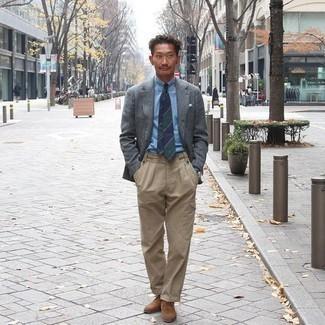 Trend da uomo 2020 in primavera 2021: Abbina un blazer di lana grigio scuro con pantaloni cargo marrone chiaro per un look raffinato per il tempo libero. Chukka in pelle scamosciata marroni sono una validissima scelta per completare il look. Conquesto lookprimaverile non puoi sbagliare.