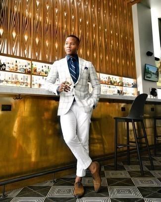 Trend da uomo 2020: Mostra il tuo stile in una camicia elegante in chambray blu scuro per un look elegante e alla moda.