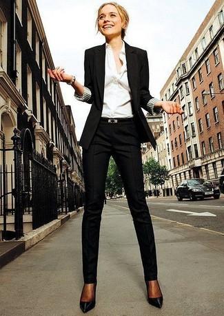 Metti un blazer nero e pantaloni eleganti neri per creare un look raffinato e glamour. Completa questo look con un paio di décolleté in pelle neri.