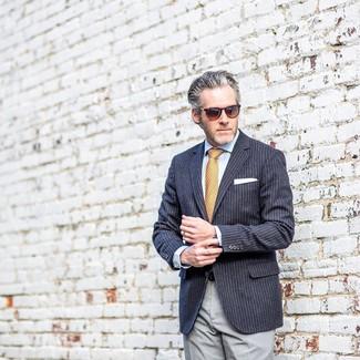Come indossare e abbinare: blazer a righe verticali blu scuro, camicia elegante azzurra, pantaloni eleganti grigi, cravatta stampata arancione