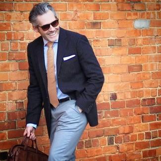 Come indossare e abbinare: blazer a righe verticali blu scuro, camicia elegante azzurra, pantaloni eleganti azzurri, borsa a tracolla in pelle marrone scuro