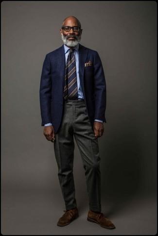 Come indossare: blazer di lana blu scuro, camicia elegante azzurra, pantaloni eleganti di lana grigio scuro, chukka in pelle scamosciata marrone scuro