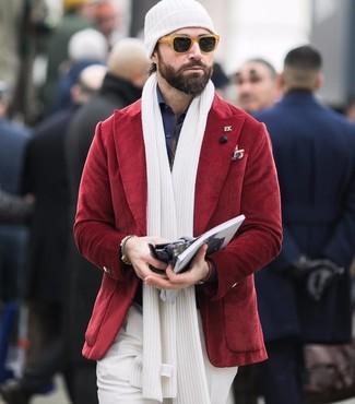 Come indossare e abbinare: blazer di velluto a coste rosso, camicia elegante blu scuro, pantaloni eleganti bianchi, berretto bianca