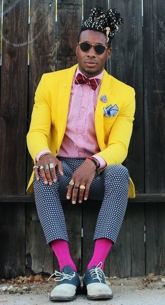 Come indossare e abbinare: blazer giallo, camicia elegante a righe verticali bianca e rossa, pantaloni eleganti a pois blu scuro e bianchi, scarpe oxford in pelle scamosciata blu scuro