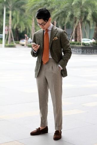 Come indossare e abbinare una cravatta arancione: Sfoggia il tuo aspetto migliore con un blazer di lana verde oliva e una cravatta arancione. Perfeziona questo look con un paio di mocassini con nappine in pelle scamosciata marrone scuro.