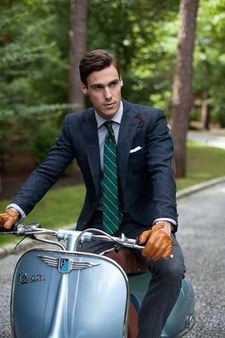 Come indossare e abbinare: blazer di lana blu scuro, camicia elegante azzurra, pantaloni eleganti di lana grigio scuro, cravatta a righe verticali verde scuro