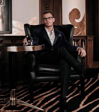 Come indossare e abbinare un blazer di velluto blu scuro: Opta per un blazer di velluto blu scuro e pantaloni eleganti neri per essere sofisticato e di classe. Rifinisci questo look con un paio di scarpe oxford in pelle nere.