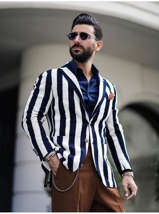 Come indossare: blazer a righe verticali bianco e blu scuro, camicia elegante blu scuro, pantaloni eleganti marroni, fazzoletto da taschino arancione