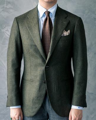 Come indossare e abbinare: blazer di lana verde scuro, camicia elegante a righe verticali azzurra, pantaloni eleganti di lana grigio scuro, cravatta stampata marrone scuro