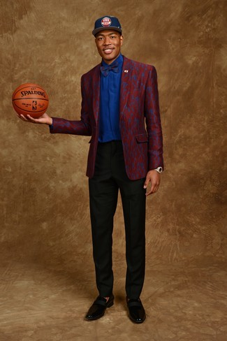 Come indossare: blazer bordeaux, camicia elegante blu, pantaloni eleganti neri, mocassini eleganti in pelle neri