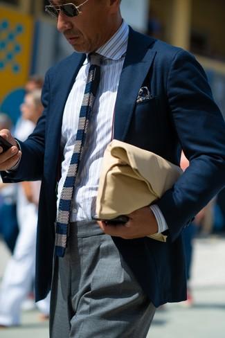 Come indossare: blazer blu scuro, camicia elegante a righe verticali bianca, pantaloni eleganti grigi, pochette in pelle marrone chiaro
