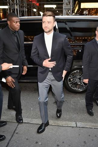 Come indossare: blazer nero, camicia elegante bianca, pantaloni eleganti a quadri grigi, scarpe derby in pelle decorate nere
