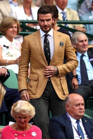 Come indossare e abbinare: blazer marrone chiaro, camicia elegante a righe verticali bianca e blu, pantaloni eleganti di lana a spina di pesce grigio scuro, cravatta stampata nera