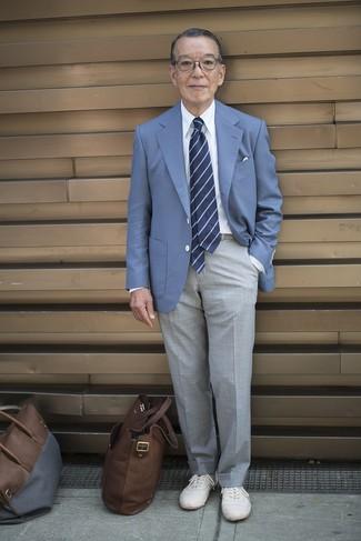 Come indossare e abbinare: blazer blu, camicia elegante bianca, pantaloni eleganti grigi, sneakers basse bianche