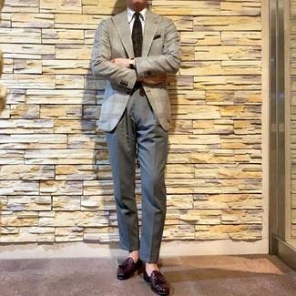 Come indossare e abbinare: blazer con motivo pied de poule grigio, camicia elegante bianca, pantaloni eleganti grigi, mocassini con nappine in pelle melanzana scuro