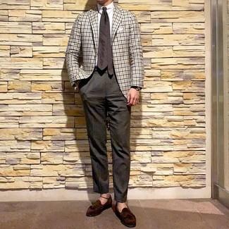 Come indossare e abbinare: blazer a quadretti bianco, camicia elegante bianca, pantaloni eleganti marrone scuro, mocassini con nappine in pelle scamosciata marrone scuro