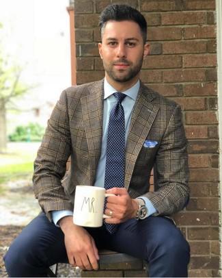 Come indossare e abbinare: blazer scozzese marrone, camicia elegante azzurra, pantaloni eleganti blu scuro, cravatta a pois blu scuro e bianca