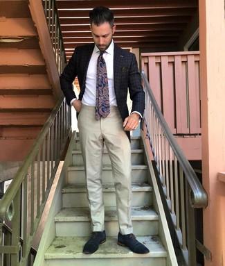 Come indossare e abbinare: blazer a quadri grigio scuro, camicia elegante bianca, pantaloni eleganti beige, scarpe oxford in pelle blu scuro