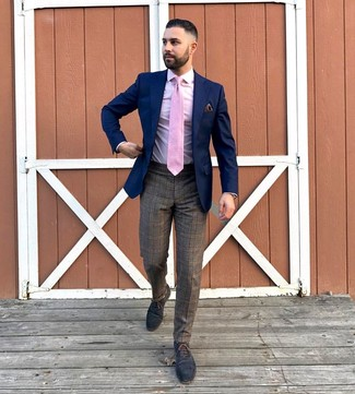 Come indossare e abbinare: blazer blu scuro, camicia elegante rosa, pantaloni eleganti scozzesi marroni, scarpe oxford in pelle blu scuro