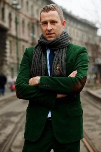 Come indossare e abbinare: blazer di velluto a coste verde scuro, camicia elegante azzurra, pantaloni eleganti di velluto a coste verde scuro, cravatta blu scuro