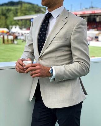 Come indossare e abbinare: blazer beige, camicia elegante bianca, pantaloni eleganti blu scuro, cravatta stampata blu scuro