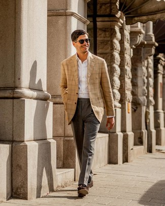 Come indossare e abbinare: blazer scozzese marrone chiaro, camicia elegante bianca, pantaloni eleganti grigi, mocassini con nappine in pelle scamosciata marrone scuro
