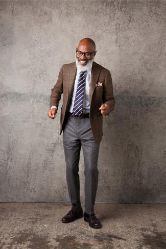 Come indossare e abbinare: blazer scozzese marrone, camicia elegante bianca, pantaloni eleganti di lana grigi, scarpe derby in pelle marrone scuro