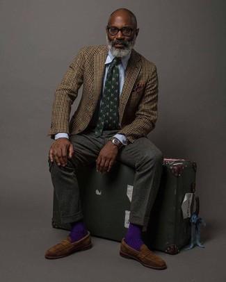Come indossare e abbinare: blazer di lana a quadretti marrone, camicia elegante a righe verticali azzurra, pantaloni eleganti di lana grigio scuro, mocassini eleganti in pelle scamosciata marroni