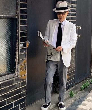 Come indossare e abbinare: blazer bianco, camicia elegante bianca, pantaloni eleganti grigi, sneakers basse di tela nere e bianche