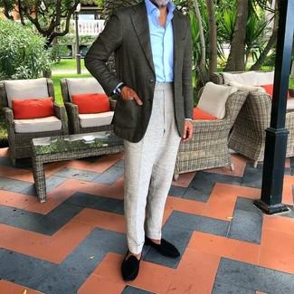 Come indossare e abbinare: blazer verde scuro, camicia elegante azzurra, pantaloni eleganti grigi, mocassini eleganti in pelle scamosciata neri