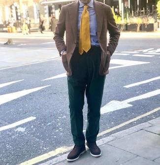Come indossare e abbinare: blazer a quadri marrone, camicia elegante a righe verticali bianca e blu scuro, pantaloni eleganti verde scuro, mocassini eleganti in pelle scamosciata marrone scuro