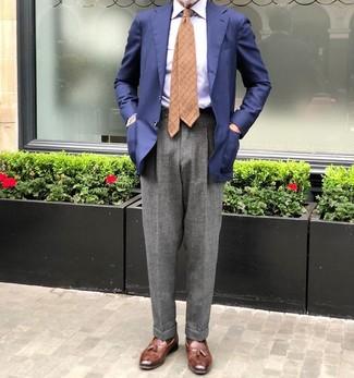 Come indossare e abbinare: blazer blu scuro, camicia elegante a righe verticali azzurra, pantaloni eleganti di lana grigi, mocassini con nappine in pelle marroni
