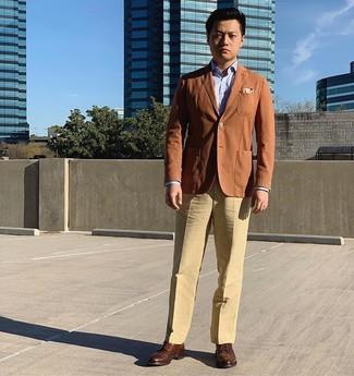 Come indossare e abbinare: blazer terracotta, camicia elegante azzurra, pantaloni eleganti marrone chiaro, scarpe brogue in pelle marroni