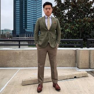 Come indossare e abbinare: blazer di lana verde oliva, camicia elegante azzurra, pantaloni eleganti marroni, scarpe derby in pelle marroni