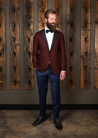 Come indossare e abbinare: blazer di lana bordeaux, camicia elegante bianca, pantaloni eleganti blu scuro, scarpe oxford in pelle nere