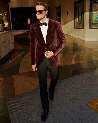 Come indossare e abbinare: blazer di velluto bordeaux, camicia elegante bianca, pantaloni eleganti neri, scarpe derby in pelle nere