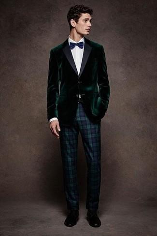 Come indossare e abbinare: blazer di velluto verde scuro, camicia elegante bianca, pantaloni eleganti scozzesi blu scuro e verdi, scarpe derby in pelle nere
