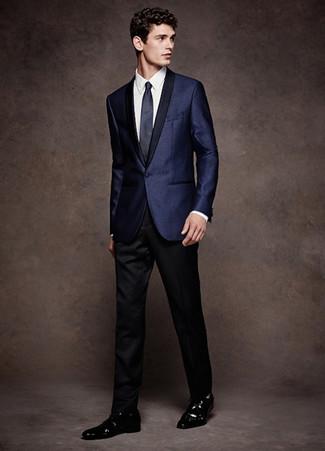 Come indossare e abbinare: blazer di raso blu scuro, camicia elegante bianca, pantaloni eleganti neri, scarpe derby in pelle nere