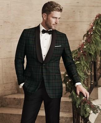 Come indossare e abbinare: blazer scozzese verde scuro, camicia elegante bianca, pantaloni eleganti neri, papillon nero