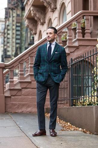 Trend da uomo: L'abbinamento di un blazer scozzese blu scuro e verde e pantaloni eleganti di lana grigio scuro metterà in luce il tuo gusto per gli abiti di sartoria. Scarpe double monk in pelle marrone scuro sono una eccellente scelta per completare il look.