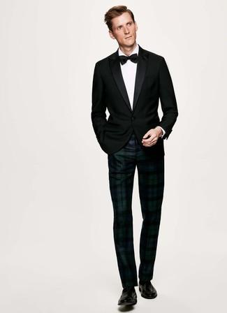 Come indossare e abbinare: blazer nero, camicia elegante bianca, pantaloni eleganti scozzesi blu scuro e verdi, mocassini eleganti in pelle neri